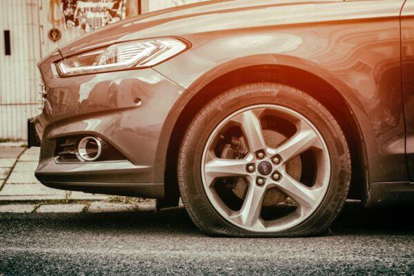 まさかパンク!?車のタイヤがパンクした時の対応策から原因、予防策まで全て網羅!