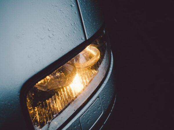 車のヘッドライトにも気を使おう。種類別の特徴を知り快適なカーライフを